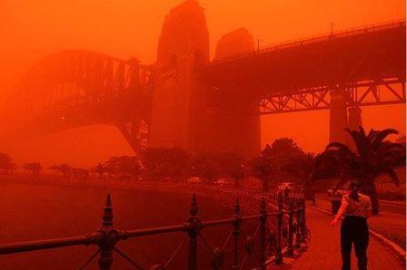 """""""Кровь Бога"""" орошает Австралию: красная пылевая буря и возвращение """"Хвоста Дракона""""."""