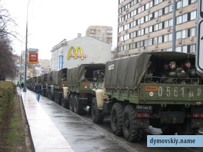 в центр Москвы стягиваются грузовики с военными и ОМОН (ФОТО)