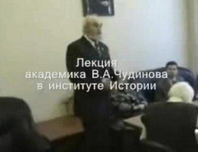 Валерий Алексеевич рассказывает и показывает найденные надписи на камнях Кольского полуострова