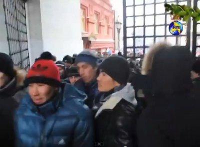 Пьяные азиатские орды отпраздновали новый 2013 год змеи в Москве и России