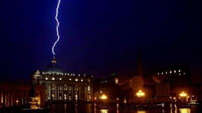 В праздник Громницы молния ударила по Ватикану