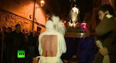 """""""Святой"""" четверг - Папа Римский целует ноги негру. Страстная пятница - христиане занимаются самобичеванием."""