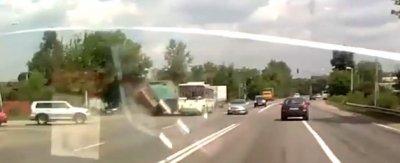 Армянин на грузовике врезался в пассажирский автобус в новой Москве
