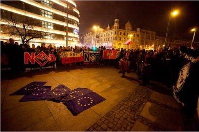 На «Польском марше» сожгли флаги Евросоюза