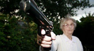 Не толерантная бабушка из США вырубила чёрных игравших в игру «выруби белого»