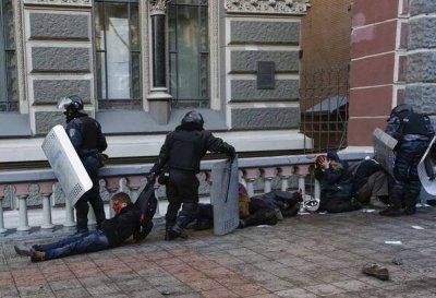 Беркут и «титушки» избивают протестующих в Киеве (и другие новости из Украины)