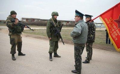 Безоружные украинские военные под советским флагом сопротивляются российским войскам