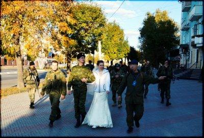 Русская свадьба в Новороссии: коловрат, броневик и много, много веселья