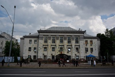 В Киеве обстреляли посольство России