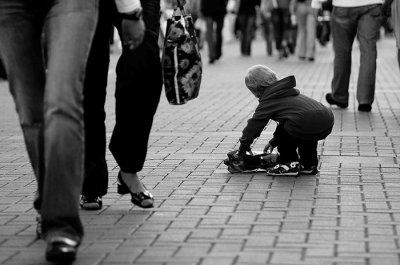 Почему люди в толпе менее склонны помочь? Кто-то должен быть первым!