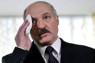 Испуганный советский дармоед Лукашенко отчаянно бегает в поисках помощи и защиты