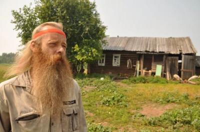 Отшельник из Гайнского района ест траву и катается на поросенке
