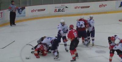Русские хоккеисты из Владивостока подрались с китайскими хоккеистами из Пекина в Риге