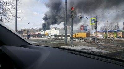В Питере загорелся автосалон