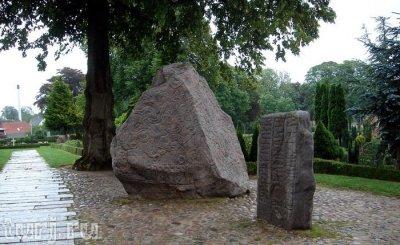 Рунные камни в деревне Еллинг, Дания