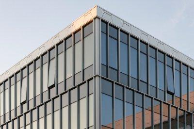 Почему стоит использовать стеклянные фасады?