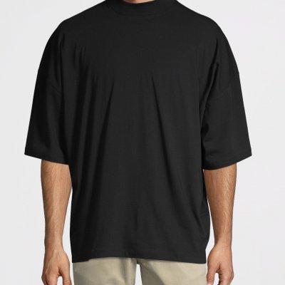 Как выбирать и носить мужские футболки oversize: специфика и плюсы одежды