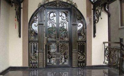 Входные двери с ковкой: конструкция и варианты исполнения