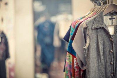 Как начать прибыльный бизнес на продаже стоковой одежды