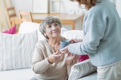Особенности ухода за пожилыми с деменцией и Альцгеймером