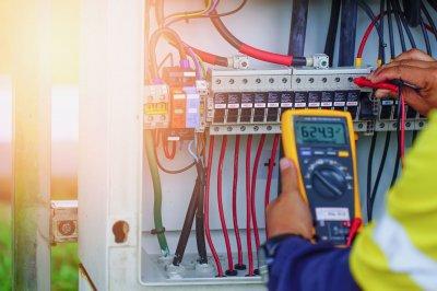 Ремонт электрике в квартире или доме - когда стоит вызывать специалиста?