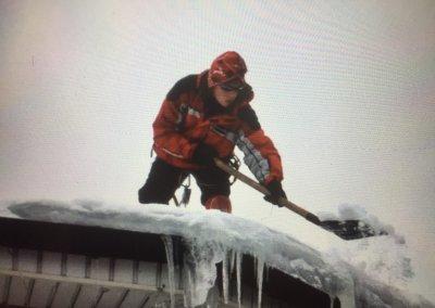 Уборка снега с кровель частных коттеджей, дач, домов – когда лучше обращаться к профессионалам?