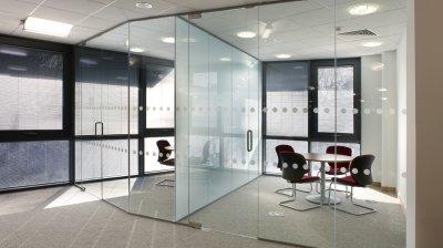 Современные стеклянные перегородки для офисов с бесплатной доставкой по Украине