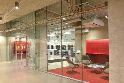 Стеклянные офисные перегородки в офис: 6 причин выбрать закаленное стекло