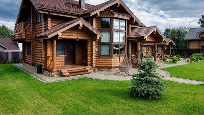 Дома из оцилиндрованного бревна: примеры проектов и преимущества материала