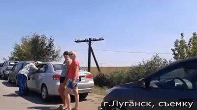 Многокилометровая вереница беженцев из Луганска