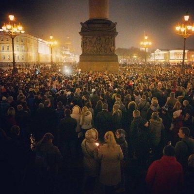 Фоторепортаж с траурной акции на Дворцовой площади, куда пришли тысячи петербуржцев