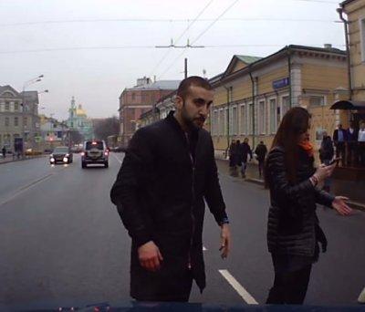 Дикарь напал на машину и её автовладельца в центре Москвы
