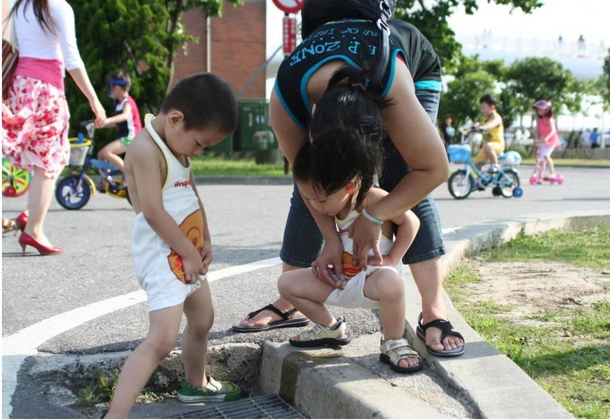 Смотреть как писают женщины, Девушки и женщины писают и ссут на улице и природе 27 фотография