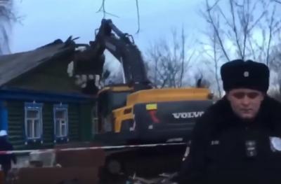 Новости Москвы: в Терехово снесли дом пенсионерки, вынеся ее за ноги вперед