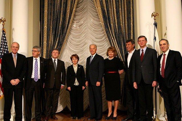 Лев пономарев и евгения чирикова вышли из посольства сша политический и общественный деятель